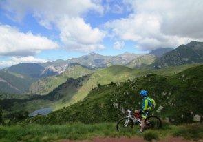 Passo Brealone, con vista sui laghetti di Bruffione e cima Blumone