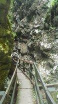Sentiero tra rocce e acqua per il Rifugio Paradiso