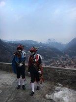 I balarì sullo sfondo delle montagne innevate di Bagolino