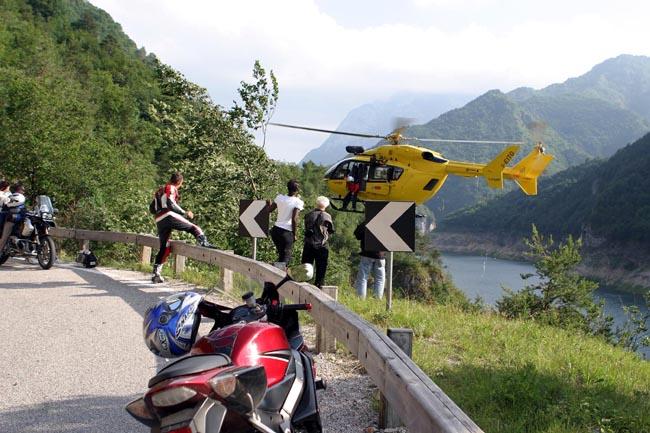 Elicottero Yamaha : Garda cade in moto recupero elicottero