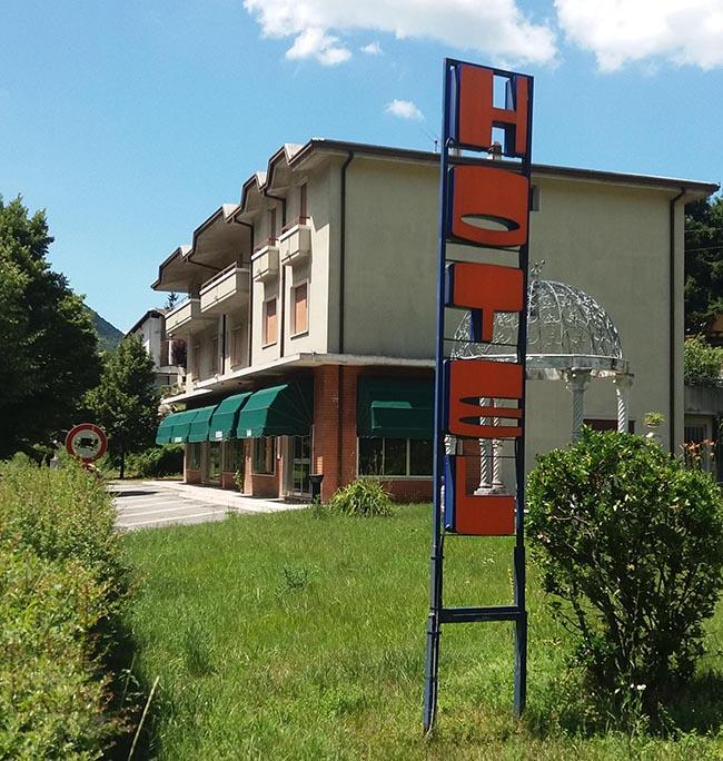 Brescia, due molotov lanciate contro un albergo che ospiterà 35 profughi
