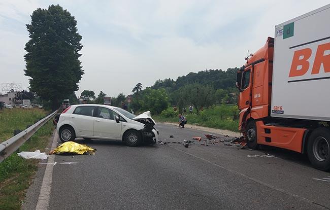 Tragico frontale auto-tir a Salò: muore una donna
